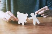 Fényképek Férfi kezét, fából készült kis ember és a medve. Szimbóluma a barátság, a szeretet és az állatok