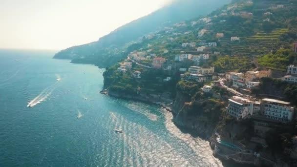 Eine Antenne gedreht zeigt Villa Combrone, ein Luxus-Garten im gesamten Mittelmeer.