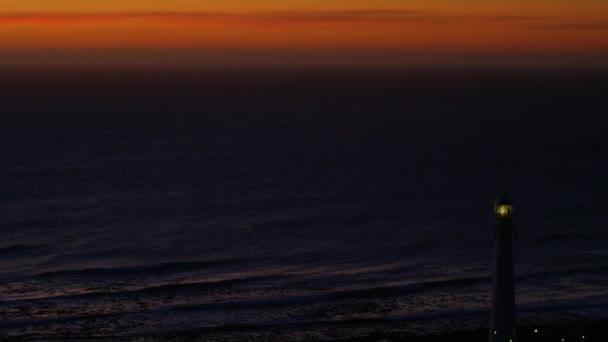 Letecký pohled na západ slunce nad obzorem a maják - Jižní Afrika