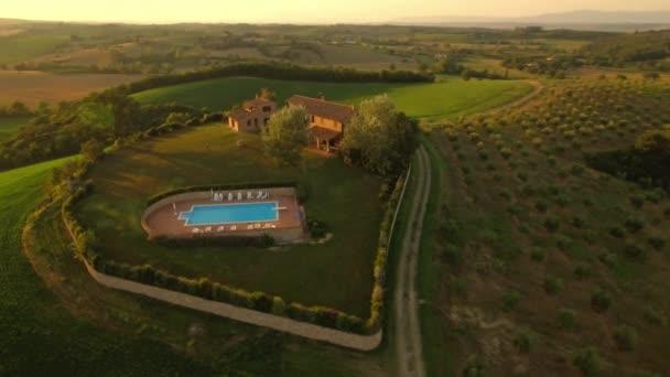 Drohnenschuss eines Ferienhauses in der Toskana bei Sonnenuntergang