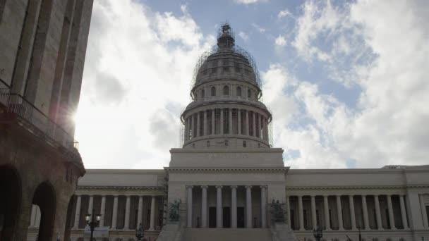 Motion timelapse na Capitol budovu s obláčky nad budovy.