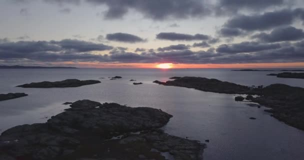 Fly felvétel a sziklás szigetecske összpontosított a lenyűgöző naplementét a horizonton.