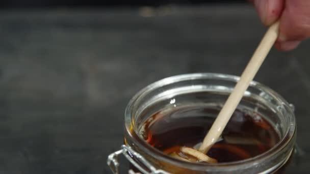 Vrcholový úhel střílel na naběračky ponořením do sklenice medu.