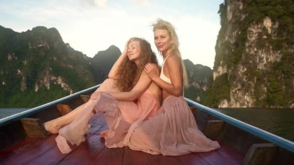 Slomo closeup colpo su due modelli di ragazza in posa elegantemente.