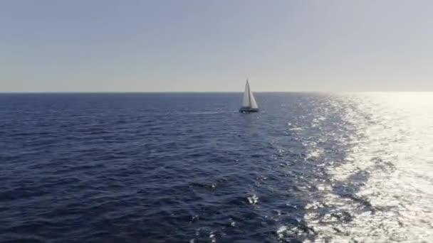 Úžasné vzdálené letecké záběry z plachetnice na pobřeží Středozemního moře.