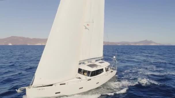 Közelről légi felvétel, mint a vitorlás hajó megy fel és le, mert a hullámok.