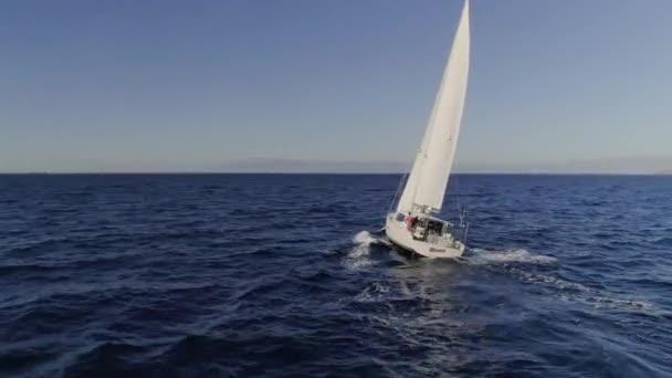 Velkolepý 360 pohled na bílé plachetnice.