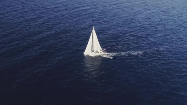 Stabilní Vzdušný záběr na bílé plachetnice na otevřeném moři.