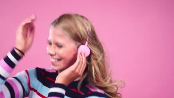 Teenager-Mädchen mit Kopfhörern tanzt