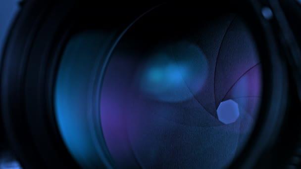 Detailní záběr clony objektivu fotoaparátu s purpurovým světlem
