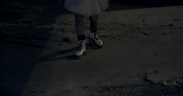 Női öltözött ijesztő bohóc tánc előtt graffiti falak