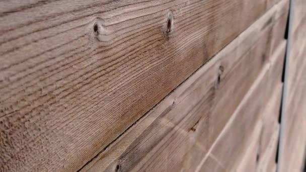 Zpomalený pohled na staré dřevěné dveře.