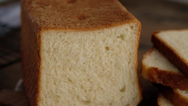 Házi pirítós kenyér. Pirítós kenyér szeletek. Házi búzakenyér. 4K. Lassú mozgás..