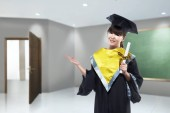 Photo Happy asian woman with graduation cap and diploma scroll at university