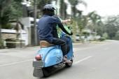 Fényképek Utas hátsó nézet megjelenítése irányba motorkerékpár taxisofőr az úton