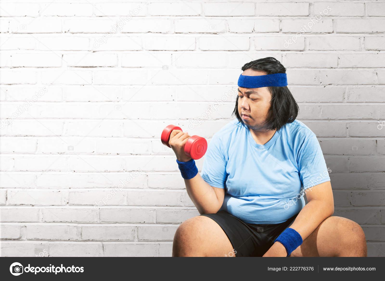 Diete Per Perdere Peso Uomo : Uomo grasso asiatico utilizzando manubri perdere peso casa
