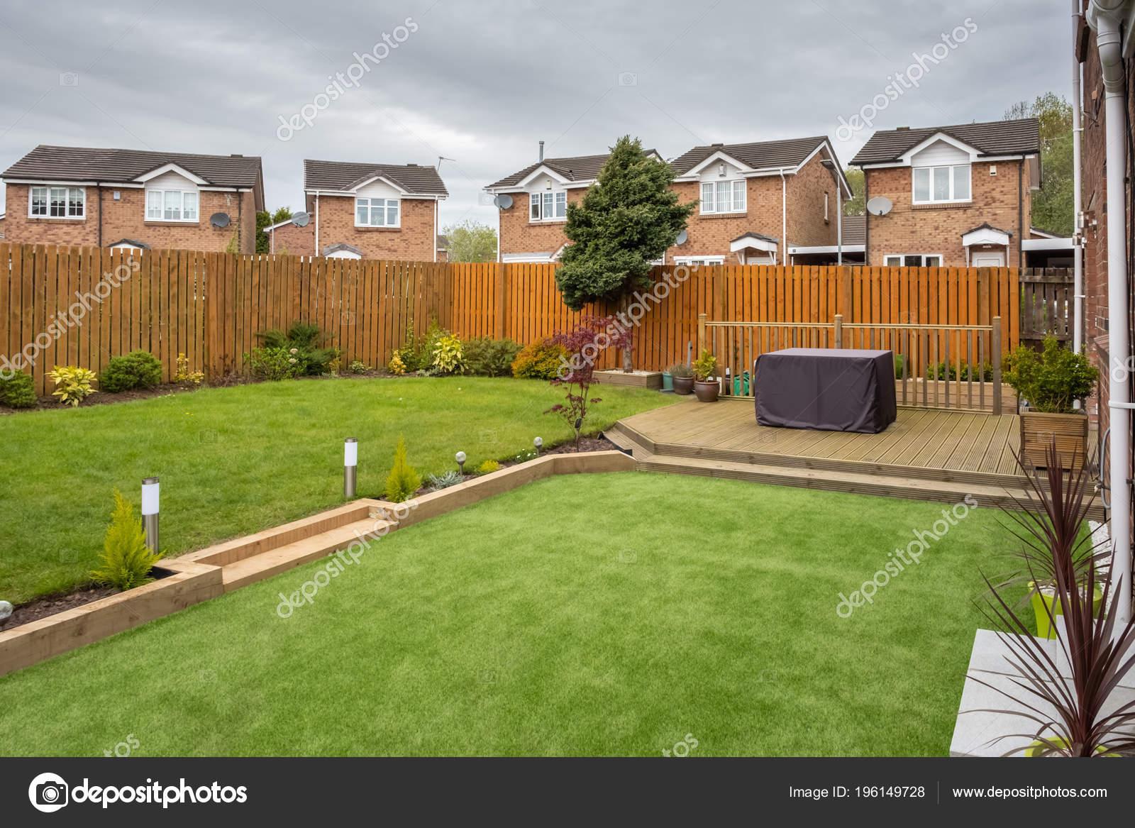 Jardin Moderne Avec Nouveau Plante Arbustes Terrasse Pelouse