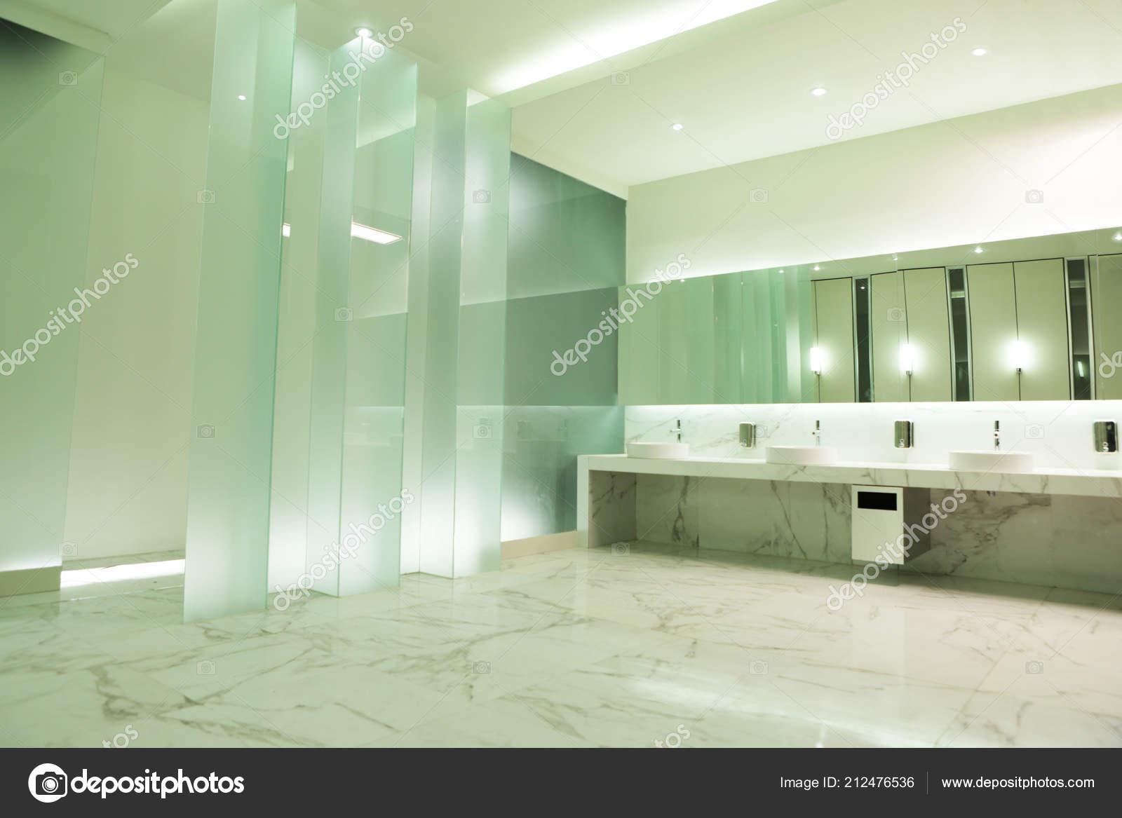 Parete vetro buona illuminazione installazione nell elegante bagno