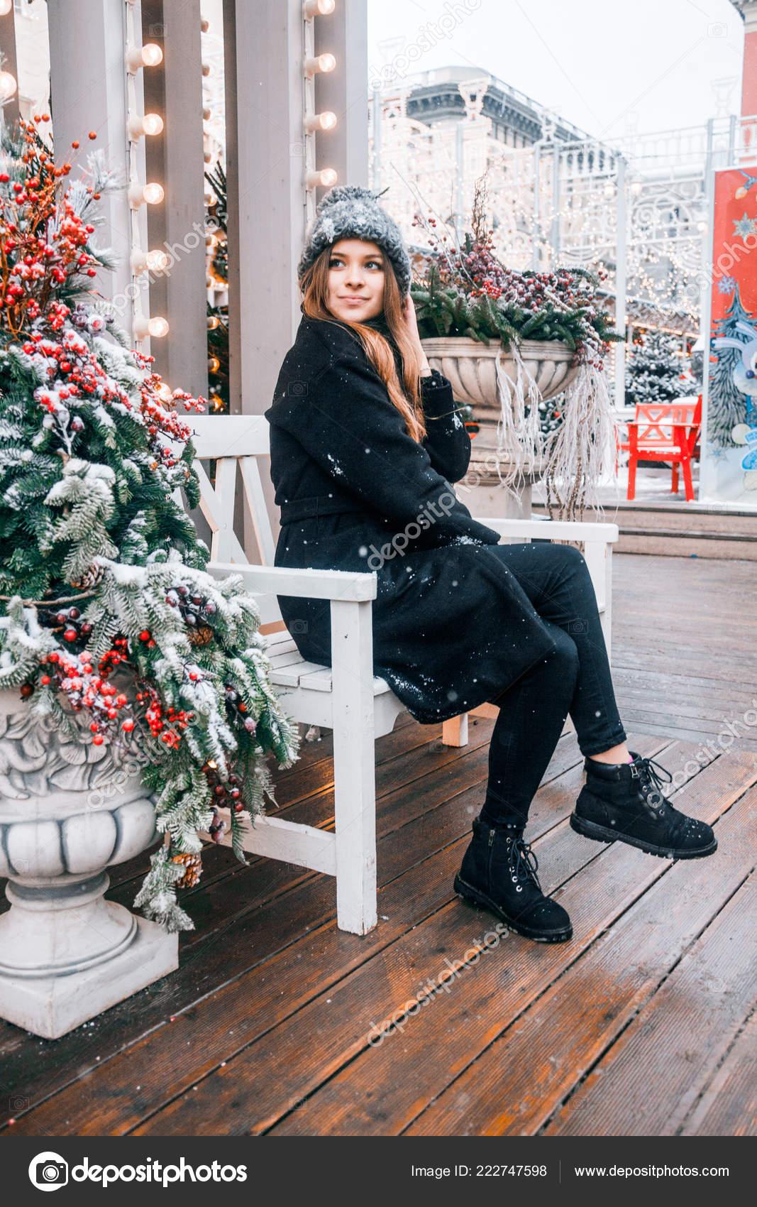 Όμορφη Ρωσική Κορίτσι Μια Μέρα Σύννεφο Στυλ Ρούχα Χειμώνα Περπάτημα —  Φωτογραφία Αρχείου 6b345237b5c