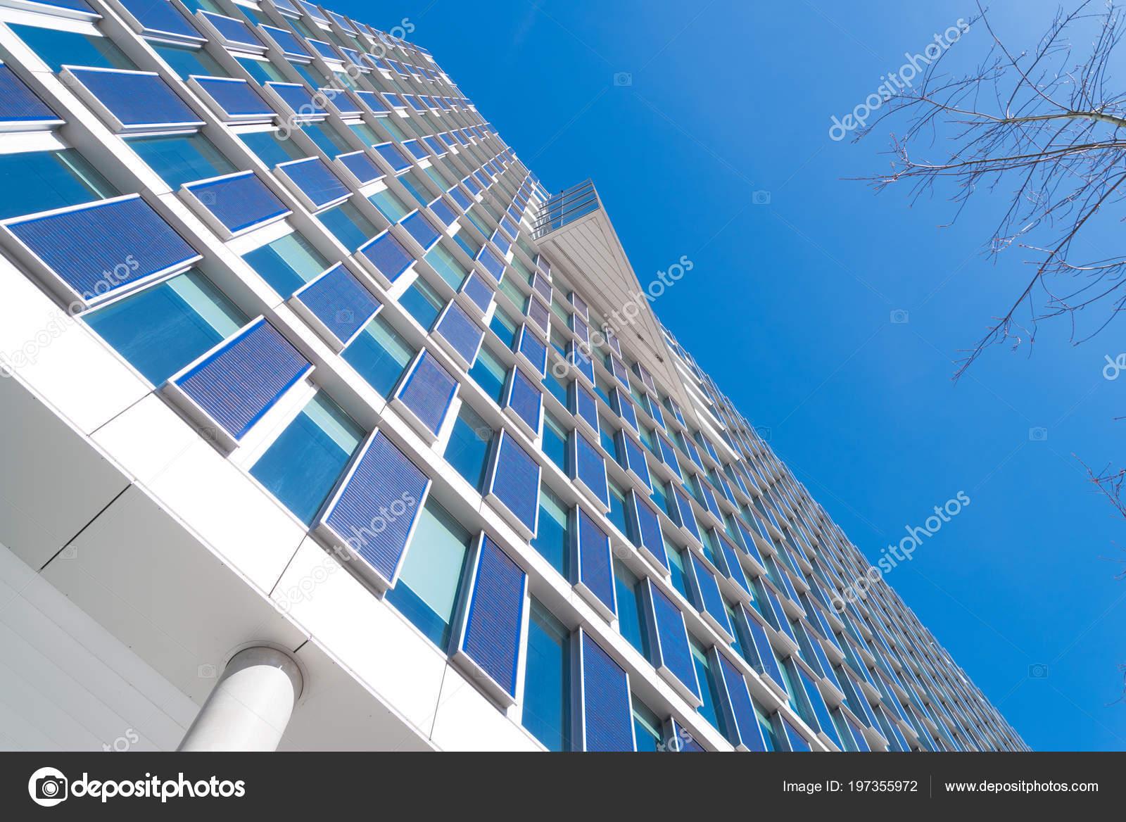 Bureau moderne eco construction extérieur avec des panneaux solaires