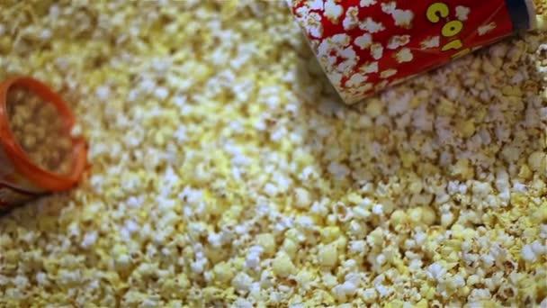 Spoustu popcornu na jednom místě. Popokorn v poli, čerstvý popcorn v kině. Jídlo v kině, vhodné potraviny.