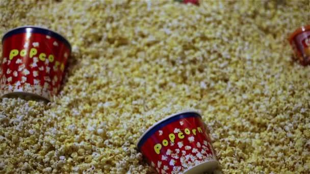 Spoustu popcornu na jednom místě. Popokorn v poli, čerstvý popcorn v kině. Jídlo v kině, vhodné potraviny