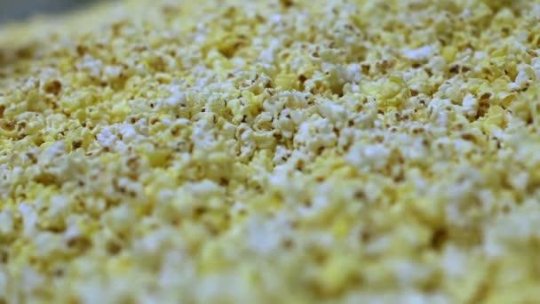 Příjemných popcorn pozadí. Makro snímek popcorn textury z nasoleného a nesolené kukuřičné