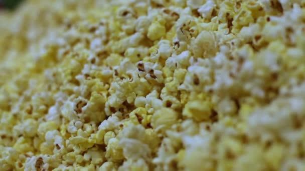 Makro snímek popcorn textury z nasoleného a nesolené kukuřičné