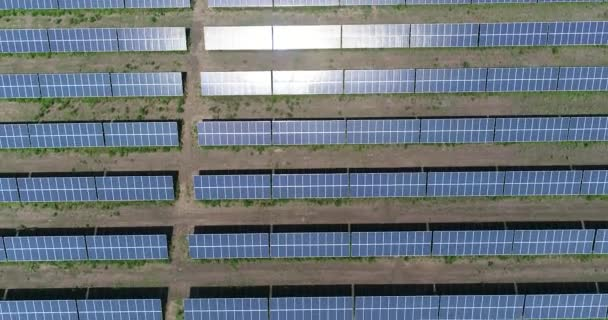 Panoramablick über eine PV-Anlage, Reihen von Solarzellen, Sonnenkollektoren, Draufsicht, Luftaufnahme, Solarstrom-plan