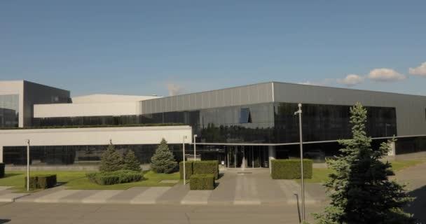 Vnější moderní tovární budovy. Kancelářská budova. Moderní průmyslová budova