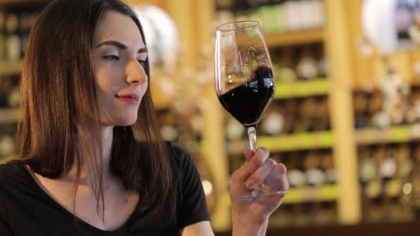 Žena s sklenku červeného vína, dívka se sklenicí červeného vína, že krásná mladá dívka je pití červeného vína v restauraci