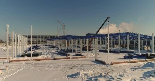 Bau einer modernen Fabrik oder Lager, Winterzeit, moderne industrielle außen, Panoramablick, moderne Lagerhalle Baustelle, Baustahl Struktur eines neuen Geschäftshauses
