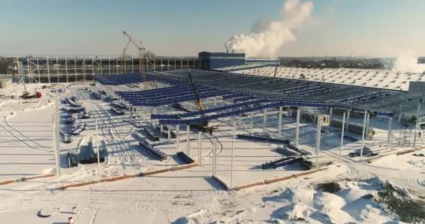 Egy modern gyár vagy raktár, modern ipari külső, panoráma, Modern raktár építési telek, a szerkezeti acél szerkezet egy új kereskedelmi épület építése