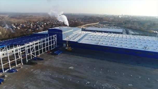 Letecké záběry z rozsáhlého průmyslového komplexu. Investiční výstavba, letecký pohled. 4k