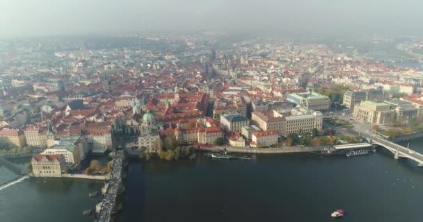 Panoramatický pohled shora na Pražském hradě, letecké města, pohled shora na panoráma města z řeky Vltavy Praha, Karlův most,