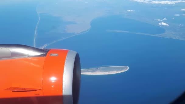Krásný výhled z okna letadla na modrou oblohu a bílé mraky, plovoucí na bílé mraky nad zemí