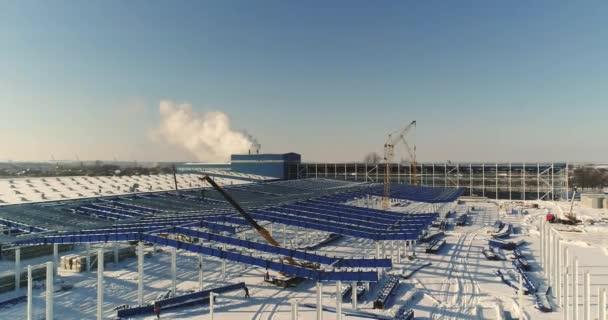 Výstavba moderního závodu nebo ze skladu, moderní průmyslové exteriér, panoramatický výhled, moderní sklad staveniště, konstrukční oceli struktura nové komerční budovy