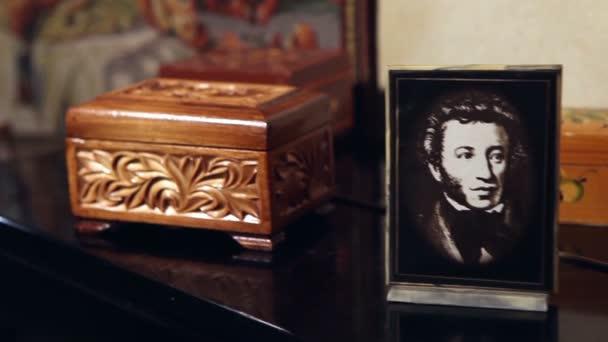 Portréty klasika ruských spisovatelů v rámečku v retro interiér, ČB portréty Puškin a Jesenin v rámu