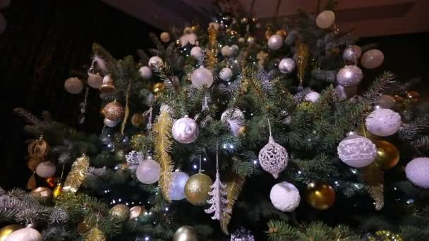 Vánoční koule, vánoční osvětlení, které visí ve stromu, nový rok, stříbrné cetka visící z zdobené vánoční strom