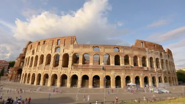 římské koloseum v létě za pěkného počasí. Koloseum v Římě, Itálie. Fasáda Kolosea v Římě
