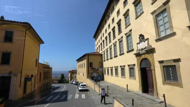 Firenze utcáin autók száguldanak Firenze utcáin. Cattedrale di Santa Maria del Fiore a háttérben