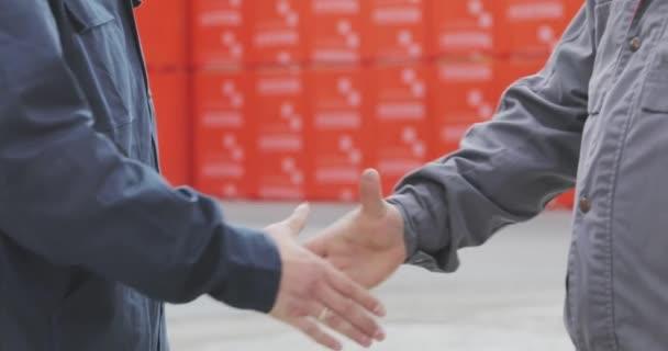 Potřesení rukou dvou mužů zblízka. Dva muži si podají ruce. Továrna si potřásá rukama, uzavírá úspěšnou dohodu