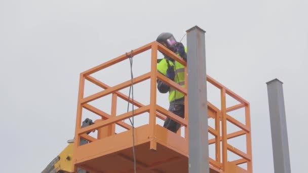 svářečky na staveništi, svářečka při práci, proces svařování kovů.