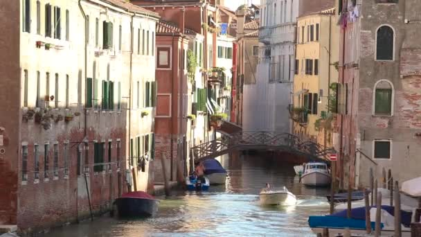 Kanál v Benátkách, motorový člun plující podél kanálu v Benátkách, Itálie