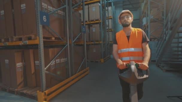 A raktár munkásai szállítanak. A raktár dolgozója dobozokat szállít.