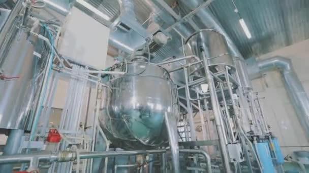Produktion pharmakologischer Wirkstoffe in der Fabrik. Moderne Kosmetikproduktion. Industrieller Innenraum