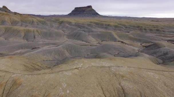 Létající směrem k továrně Butte nad duny v Caineville poušti nedaleko rekreační oblasti Swing Arm City v Utahu