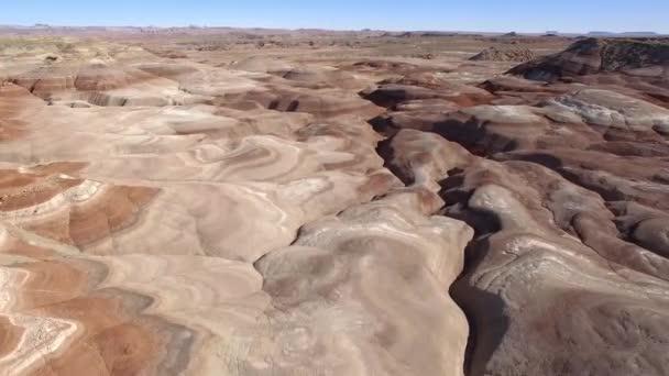 Letecký pohled na letící nízko nad krajinou Marsu v Utahu poušti poblíž Hanksville
