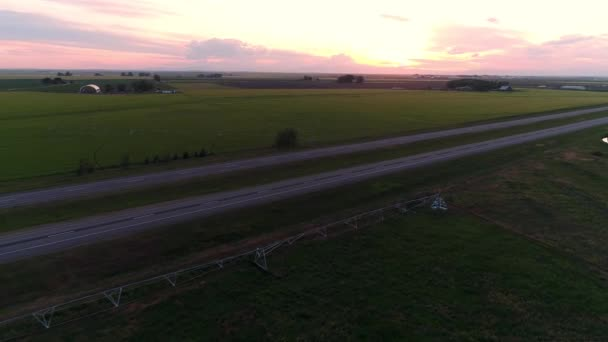Semi auto jízdy na dálnici do dálky při západu slunce