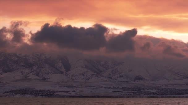 Časová prodleva mraků po obloze při západu slunce